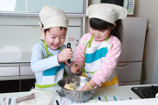 料理をする男の子と女の子,おもちゃ,料理,