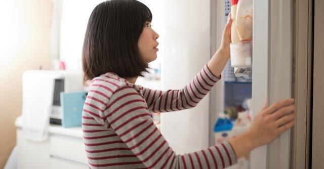 冷蔵庫の中身を確認するママ,