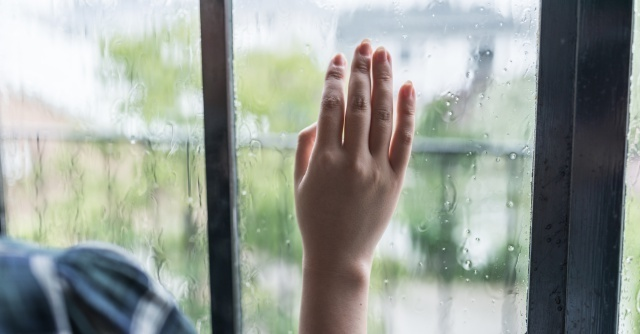 雨の日に外を見るママ,
