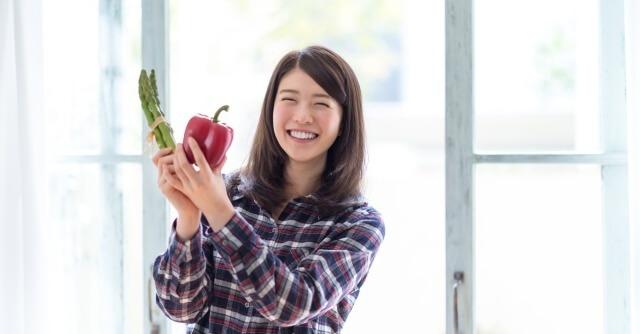 野菜を持って喜ぶ女性,