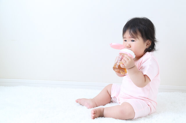 麦茶を飲む赤ちゃん,ベビー麦茶,