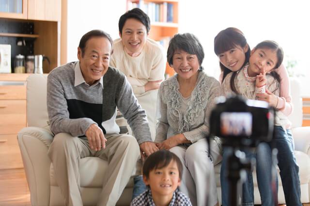 親子三世代で記念写真,祖父母,プレゼント,