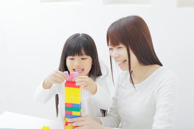 積み木で遊ぶ親子,知育玩具,4歳,