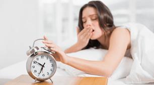 目覚まし時計を止めようとする女,高温期,低温期,起床