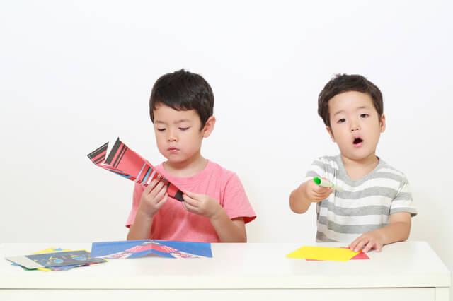 折り紙をする男の子,男の子,おもちゃ,手作り