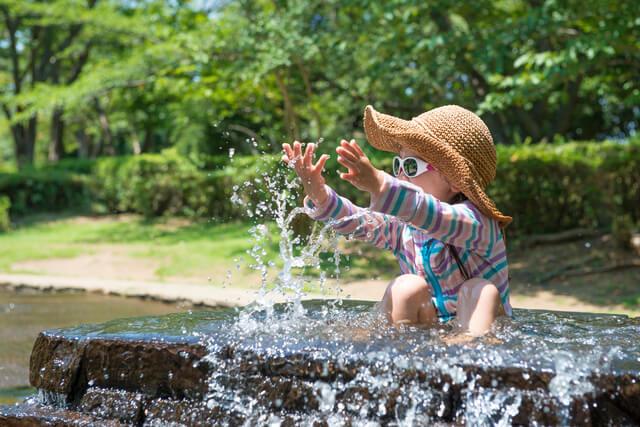 ラッシュガードを着て水遊びをする女の子,幼稚園,水着,選び方