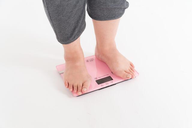 体重計に乗る女性,ママ,川柳,