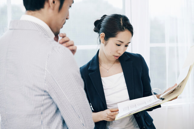 オフィスイメージ 女性と男性,妊娠,報告,職場