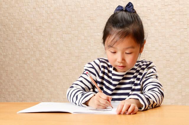 勉強している女の子,ライフスタイル,学習机,選び方