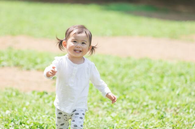 公園を歩く幼児,コンビ,F2,