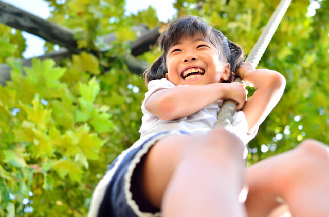 ターザンロープで遊ぶ女の子,アスレチック,京都,