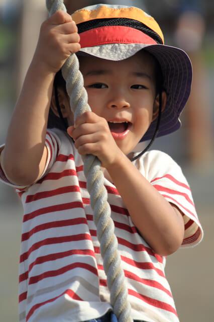 ターザンロープで遊ぶ男の子,アスレチック,京都,