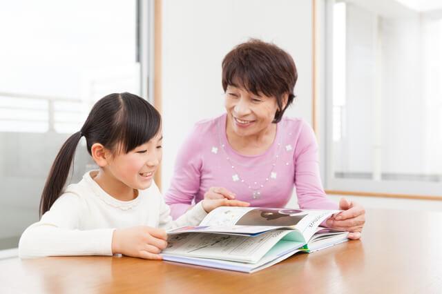 読書おばあちゃんと女の子,虫,図鑑,