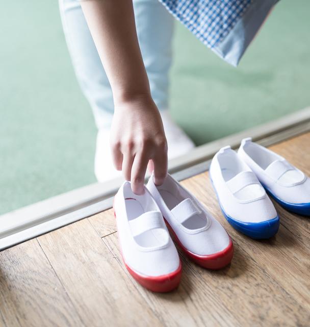 昇降口で上履きを片付ける手元,幼稚園,上履き,