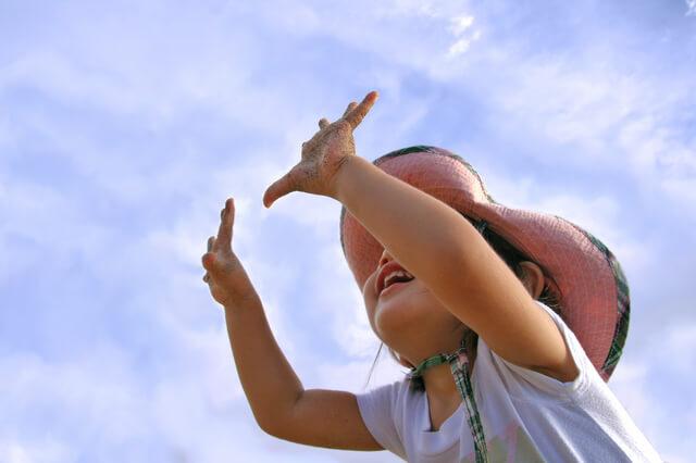 帽子をかぶって遊ぶ子ども,UVカット,帽子,