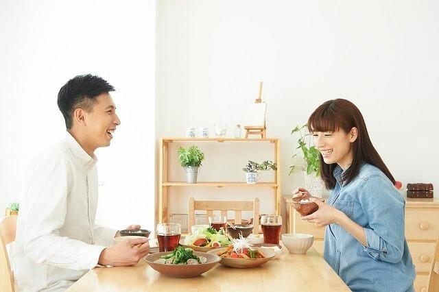 食卓につく夫婦,