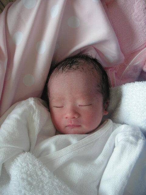 眠る新生児,母乳,粉ミルク,
