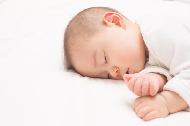 お昼寝する赤ちゃん,母乳,粉ミルク,