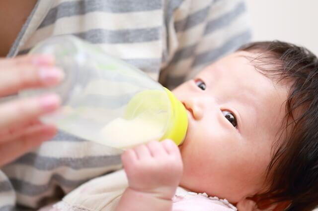 哺乳瓶でミルクを飲む赤ちゃん,母乳,粉ミルク,
