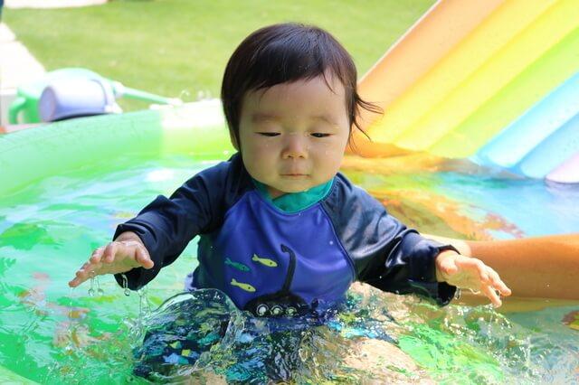 水遊びする赤ちゃん,ベビー,ラッシュガード,