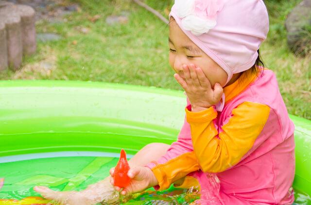 水遊びする女の子,ベビー,ラッシュガード,