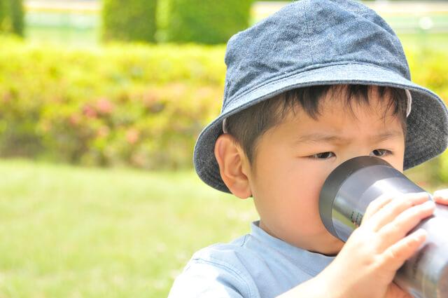 水筒でお茶を飲む男の子,子ども,水筒,おすすめ