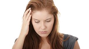 頭を抱える女性,産後,尿,原因