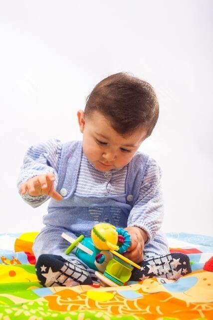 おもちゃで遊ぶ赤ちゃんの画像,除菌,グッズ,おすすめ