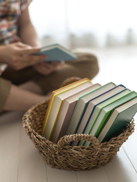 かごに入った本,絵本,収納,
