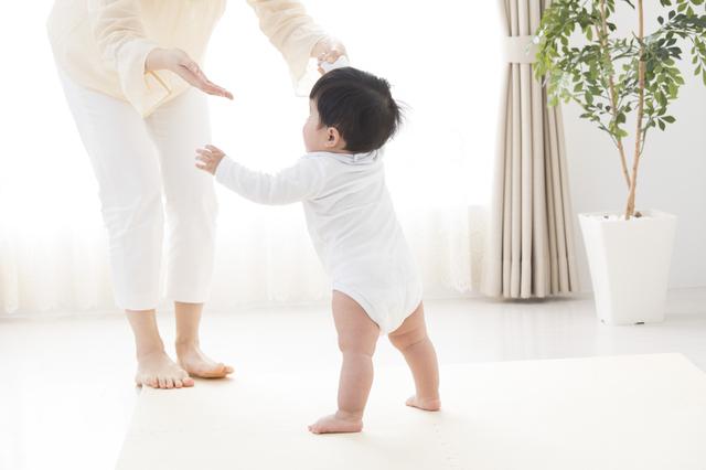歩き始めた赤ちゃん,ベビーサンダル,女の子,