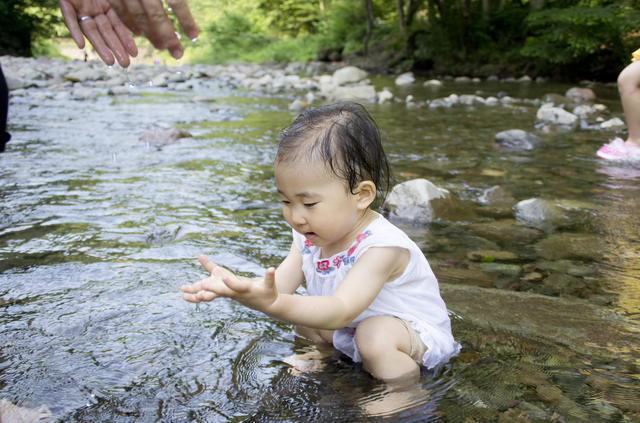 川で遊ぶ赤ちゃん,ベビーサンダル,女の子,