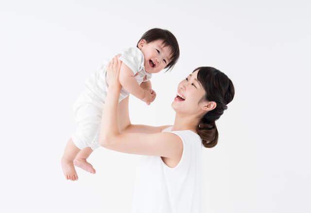 笑顔の赤ちゃんとママ,チャイルドシート,義務,