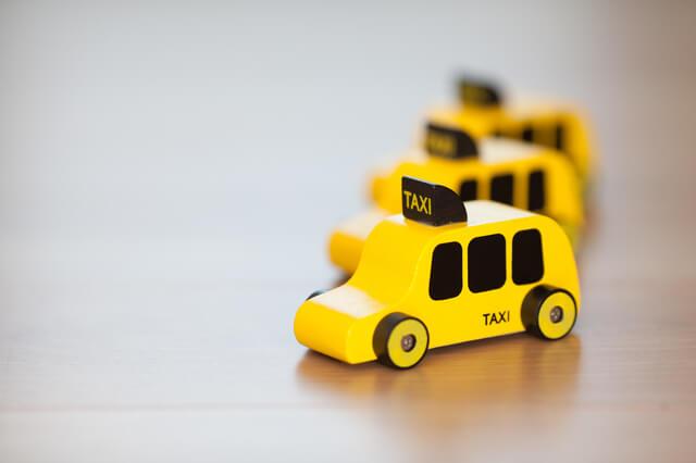 ミニチュアのタクシー,チャイルドシート,義務,