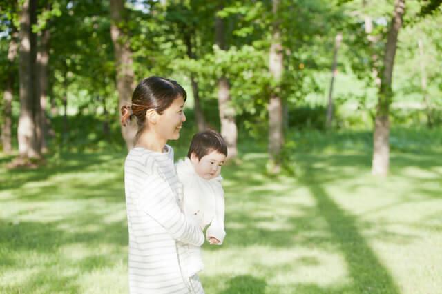 屋外を散歩するママと赤ちゃん,チャイルドシート,義務,