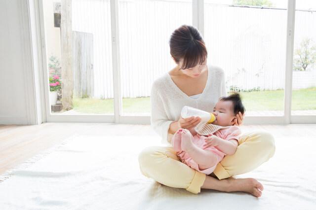 ミルクを飲む赤ちゃん,チャイルドシート,義務,