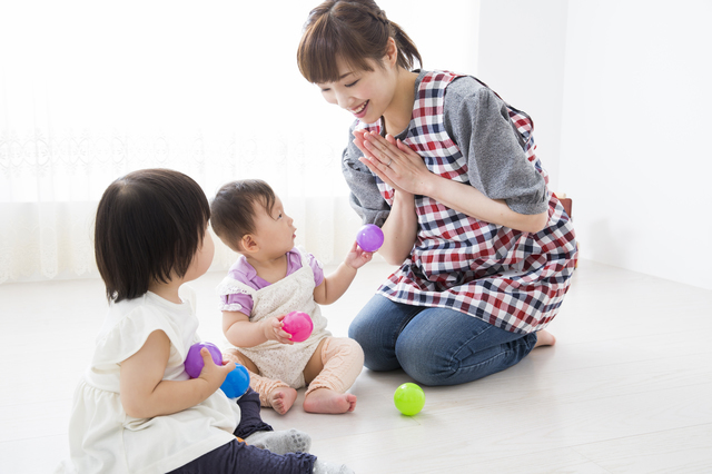 保育士と赤ちゃん,保育園,何歳から,