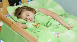 眠る子ども,おねしょ,季節の変わり目,