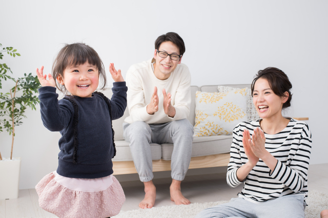 ダンスをする幼児と両親,nhk ,おかあさんといっしょ,