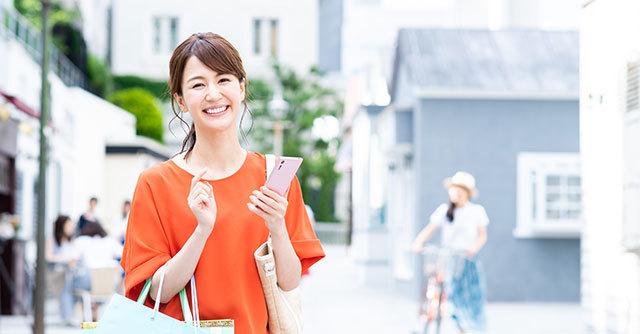 笑顔でクーポンを利用する女性,