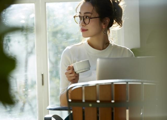 コーヒーを飲む女性,カフェイン,妊娠,