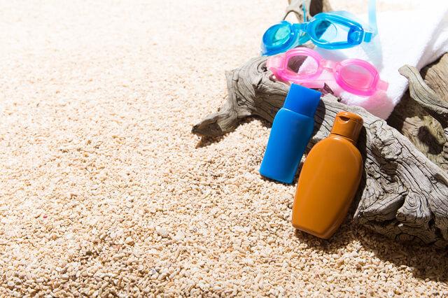 砂浜の上の日焼け止めクリーム,海水浴,持ち物,