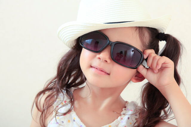 帽子とサングラスをした女の子,海水浴,持ち物,