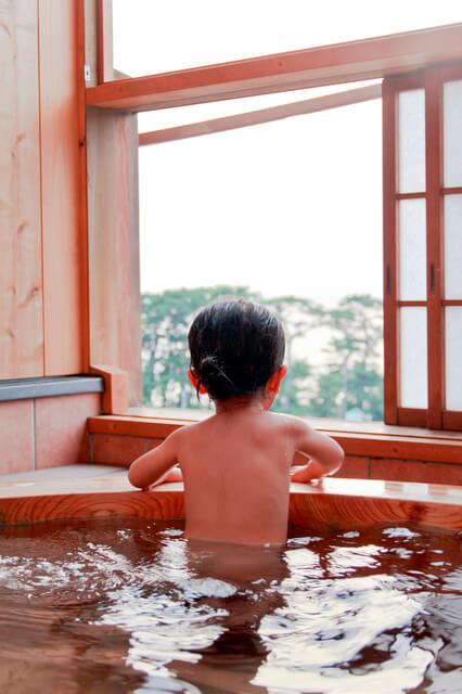 温泉に浸かる幼児,海水浴,持ち物,