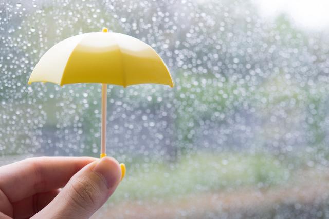 雨と小さい傘,