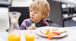 家からはどんなアドバイスが寄せられたでしょうか。 3歳児のママからの相談:「食事中に立ち上がってしまう」,