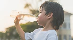 のアドバイスを聞いてみましょう。 4歳児のママからの相談:「水遊びでも水分補給は必要?」,