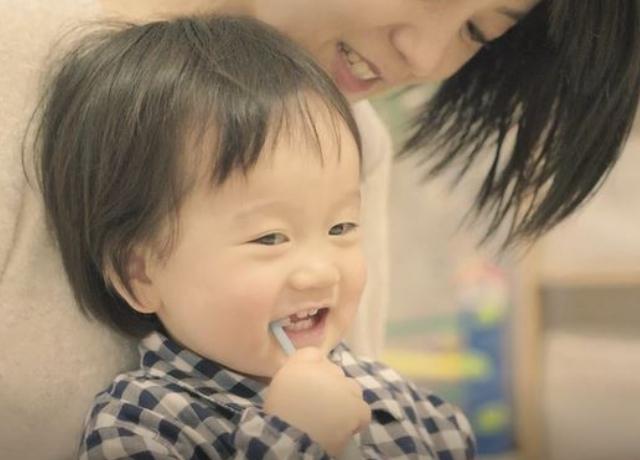 楽しく歯磨きする赤ちゃん,