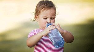 1歳8ヶ月の子どものママからの相談:「良い水分補給方法はありませんか?帽子以外の熱中症対策は?」,
