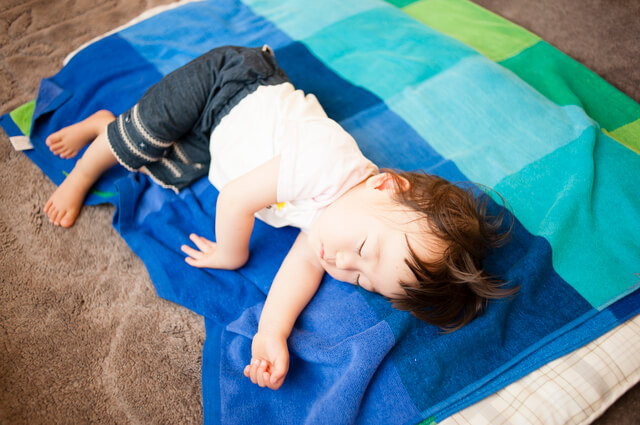リビングでお昼寝マットで寝る子ども,赤ちゃん,お昼寝マット,おすすめ