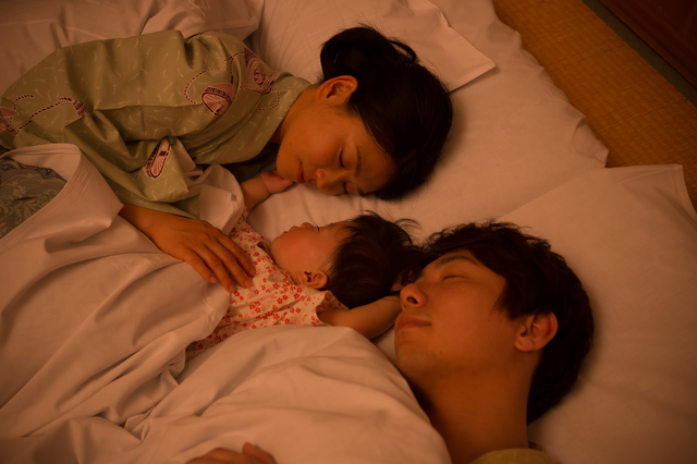 川の字に寝る親子,ミルク,授乳,